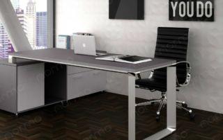 escritorio con credenza, ventana y cuadros decorativos